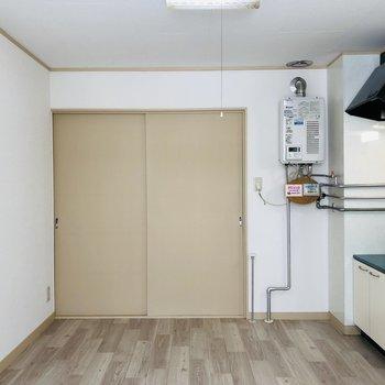 収納棚や調理家電などを置いて、理想のキッチンを作り上げましょう。