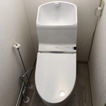 トイレはかなりコンパクトですが、リフォーム済みの機能的なトイレです。