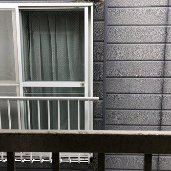 洋室の窓からはお隣さんが見えます。