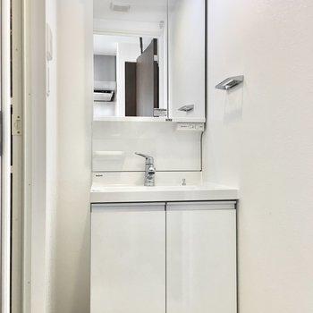 鏡裏に収納があるのでスッキリとした洗面台。