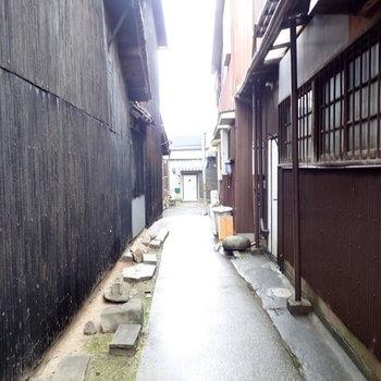 こんな小道を通ってお部屋へ。風情あるでしょう?