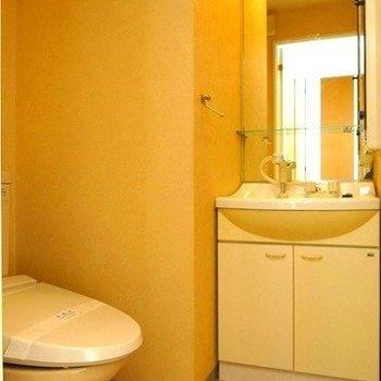洗面台とトイレは一緒のスペースに。(※写真は9階の同間取り別部屋のものです)