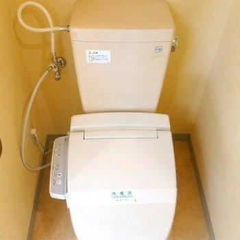 トイレはウォシュレット付き(※写真は9階の同間取り別部屋のものです)