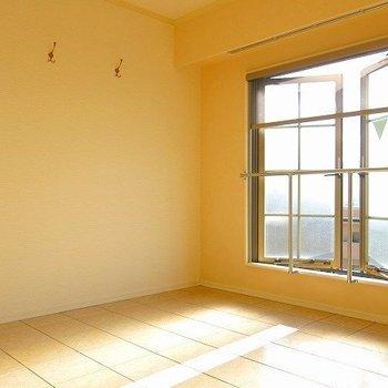 大きな窓の近くにコートや帽子をかければなんともお洒落(※写真は9階の同間取り別部屋のものです)