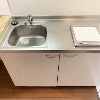 1口IHのシンプルなキッチンです。(※写真は2階の同間取り別部屋のものです)
