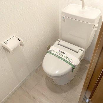 トイレは玄関手前のドアの中に。コンセントがあるのでウォシュレットの後付けも可能です。(※写真は2階の同間取り別部屋のものです)