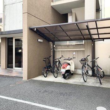 エントランス前に屋根付の自転車置場。