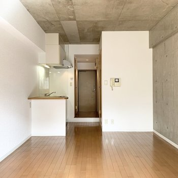 コンクリート打放しの壁と天井がかっこいいお部屋です。(※写真は2階の同間取り別部屋のものです)