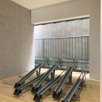 エレベーターの左に駐輪スペースがあります。※写真は工事中のものです