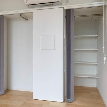 収納は右が棚+クローゼット。左は浅めのクローゼット。扉の代わりにブラインド。