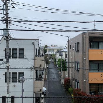 眺望はお向かいの住宅街。