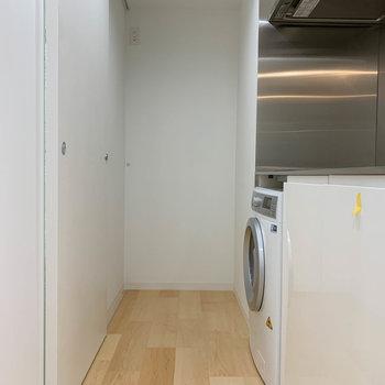 キッチンは約2帖ほどの広さ。後ろの引き戸が脱衣所です。※写真はクリーニング作業前のものです