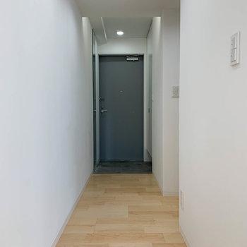 廊下、まっすぐ行くと玄関。途中右に曲がるとキッチン。