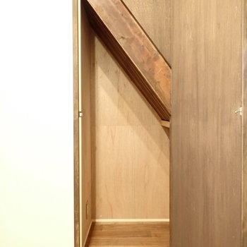 1階の階段下収納!なんだかかっこいい。