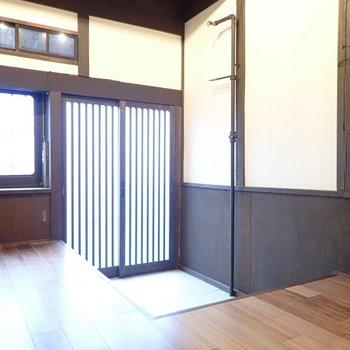 玄関は高さがあるので、踏み台があるとよさそう。