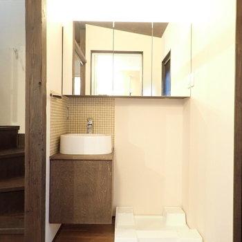 コンパクトな洗面台。鏡の裏は収納なので、整理はしやすいです。