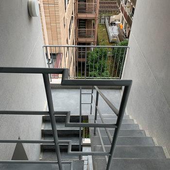 グレーの扉を開けると共用部の階段です。