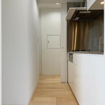 【LDK】キッチンへ。奥の引き戸は廊下側に繋がってます。