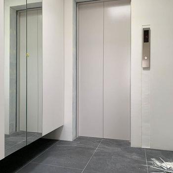 玄関を開けると。エレベーター前もこの部屋専用のスペースです。※写真は工事中のものです