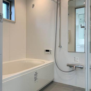 浴室乾燥や暖房、追い炊き付きのお風呂。換気用の小窓もあります。