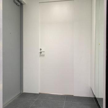 エレベーター側から見ると。左のグレーの扉ももちろん鍵付き。※写真は工事中のものです