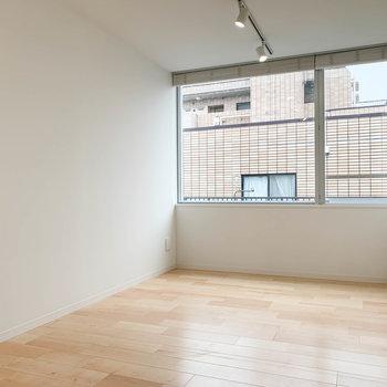 【洋室7.9J】ゆったりとした広い洋室。