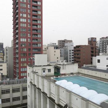 なんと屋上プールが見えます。ラッキー!