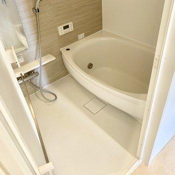 お風呂は浴室乾燥機、追い焚き付き◎