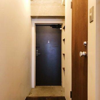 玄関へ。右手の扉からサニタリーへ繋がります。