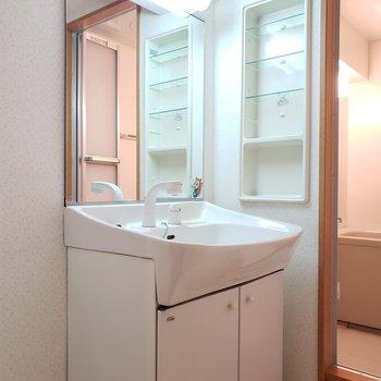 収納スペースもある独立洗面台★(※写真は4階の同間取り別部屋のものです)