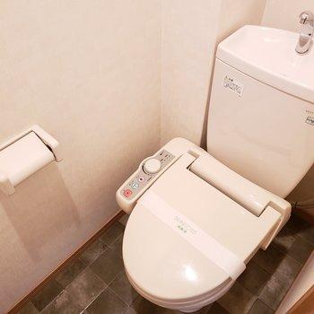ウォシュレット付き綺麗なトイレ!掃除も嫌じゃないですね!(※写真は4階の同間取り別部屋のものです)