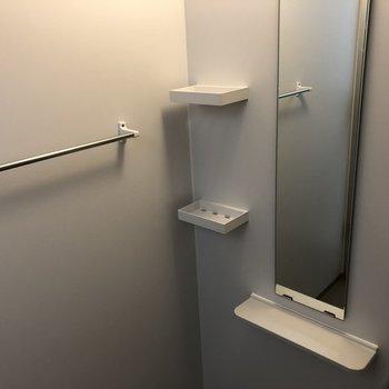 シャンプーなどの収納棚も設置済みです。