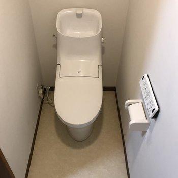 広いトイレなので、収納はフロアスペースを活用しましょう。