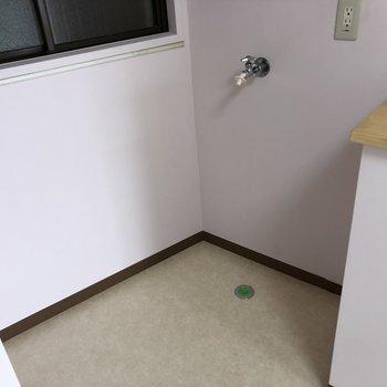 洗濯機置き場はキッチン奥になります。