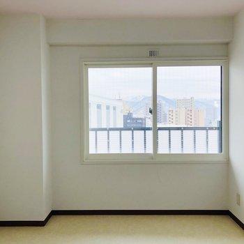 洋室窓からも山が見えます◎西向き