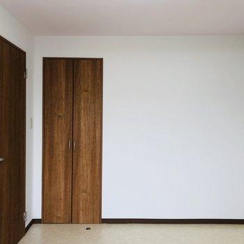扉と同じ色調の家具で統一感を出すといい感じかも。