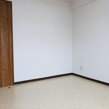 壁際にはベッドが置いて、