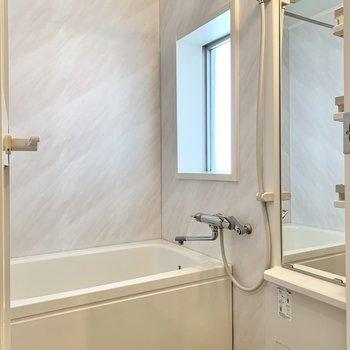 窓もあって換気しやすいです。浴室乾燥機付き。
