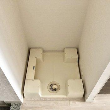 左手に洗濯機置場です。※写真は5階の同間取り別部屋のものです