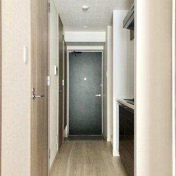 続いて廊下へ。※写真は5階の同間取り別部屋のものです