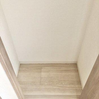 足もとにボックスなどを置けます。※写真は5階の同間取り別部屋のものです