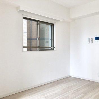 角部屋なので、採光面が2つあります。※写真は5階の同間取り別部屋のものです