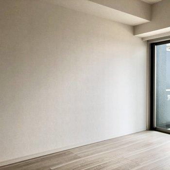 グレー系の家具もよく合いそうですよ。※写真は5階の同間取り別部屋のものです