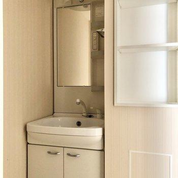 朝の準備に便利な独立洗面台。※写真は5階の同間取り別部屋のものです
