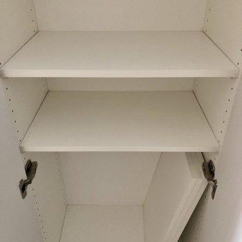 可動棚で自由に高さを変えられますよ。※写真は5階の同間取り別部屋のものです