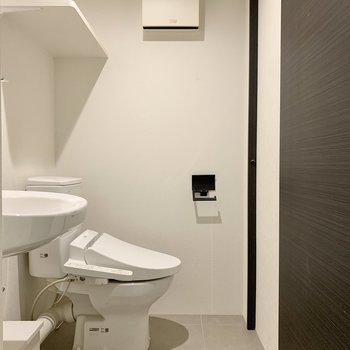 トイレ上には棚がありますね。