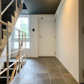 今回のお部屋は階段を上がってすぐの角部屋。