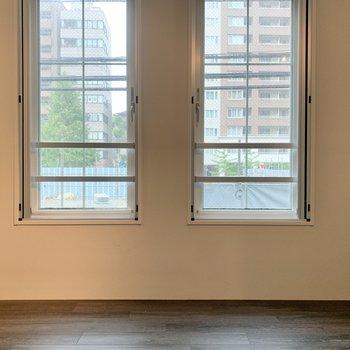 【LDK】すべり出し窓が2つ。