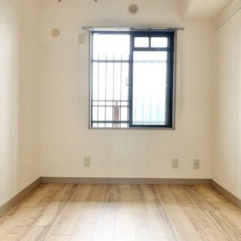 【洋室約4.7帖】お隣の洋室も先ほどと同じくらいの広さ。