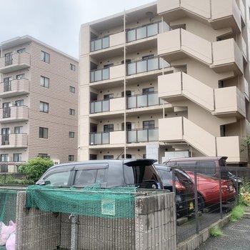 マンションは閑静な住宅街にあります。